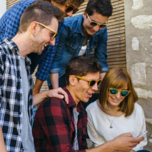 Acessórios e brindes tecnológicos para smartphones atraem público jovem
